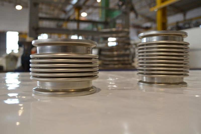 Metal expansion joints for pipelines and exhaust systems in generator sets
